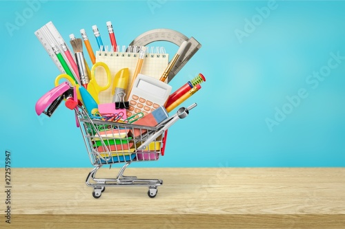 Poster Londres Stationery objects in mini supermarket cart on wooden desk