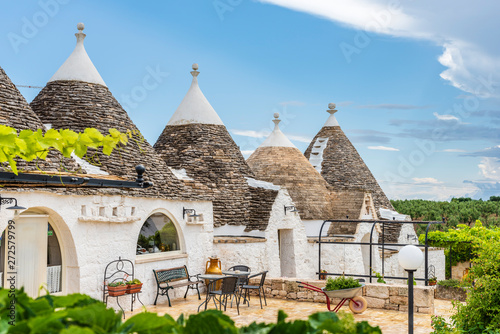 Photo Trulli of the Itria valley. Details in the sky. Puglia, Italy.