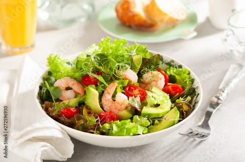 fototapeta na szkło Fresh summer salad with shrimp, avocado and tomato
