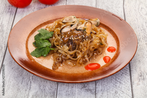 Photo  Wok noodle with mussels
