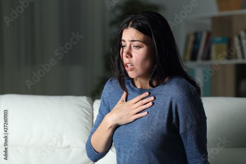 Foto Woman suffering an anxiety attack alone in the night