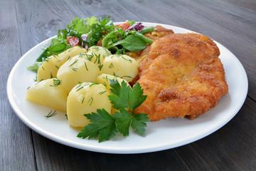 smażony filet z kurczaka z ziemniakami i surówką