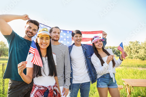 Fotografía  Young people with USA flags outdoors