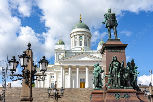 Fotografia  Helsinki Cathedral and Alexander II monument on Senate Square, Finland