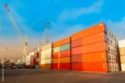 Pinturas sobre lienzo  Stack of containers at port in Chile