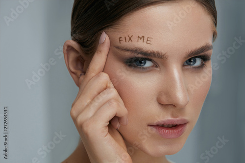 Cuadros en Lienzo  Beauty makeup. Woman face with messy eyebrow and fix me on skin