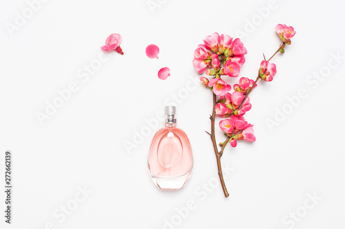 Fototapeta Bottle of women's perfume with pink spring flowers on light gray background top view flat lay copy space. Perfumery, cosmetics, female accessories, fragrance collection. Delicate Pink Perfume Bottle obraz