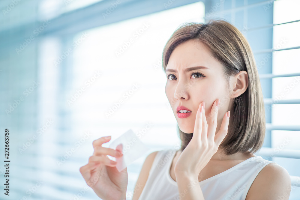 Fototapety, obrazy: woman use oil blotting paper