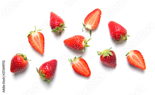Cuadros en Lienzo  Ripe strawberries isolated on white background, berry pattern, top view