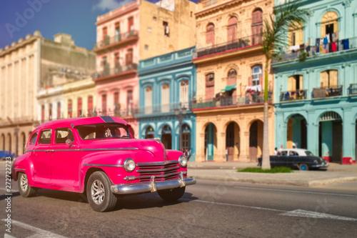 Foto op Aluminium Vintage cars Antique car and colorful buildings in old Havana