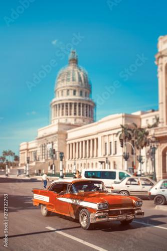 Türaufkleber Autos aus Kuba Antique car next to the Capitol in Old Havana