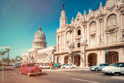 Foto  Antique cars next to the Capitol and the Grand Theater of Havana