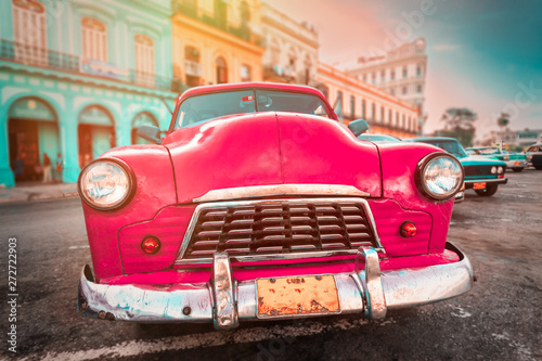 Poster de jardin Havana Antique pink car inext to colorful buildings in Old Havana