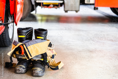 Special clothes to extinguish fires, the firemen use these boots not to burn when entering fires.