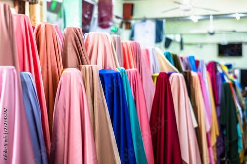 Photo sur Aluminium Tissu Colorful of many fabric rolls selling in market stall shop. Fashion desig concept.