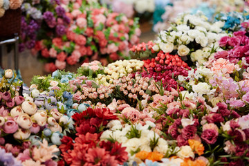 Razno cvijeće u cvjećarnici