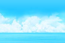 海と快晴の上空に浮か...
