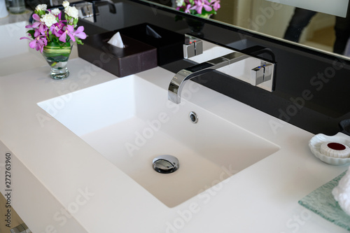 Photo Modern luxury stainless faucet with ceramic sink of automatic sensor and cool wi