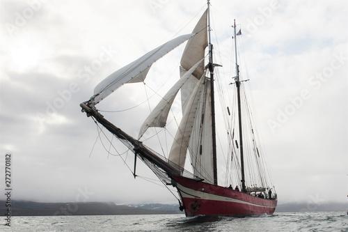 Cuadros en Lienzo  Imposantes Schiff -  Motorsegler vor Spitzbergen auf Kreuzfahrt