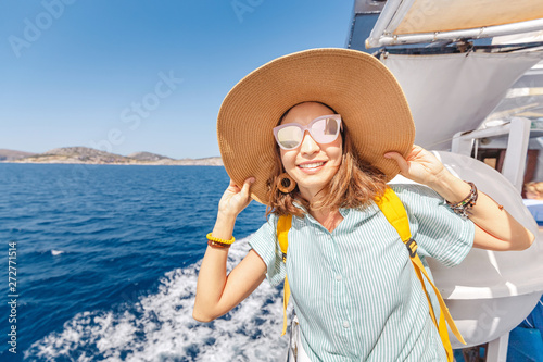 Fotografia Happy asian woman in hat enjoying travel and vacation on Cruise ship