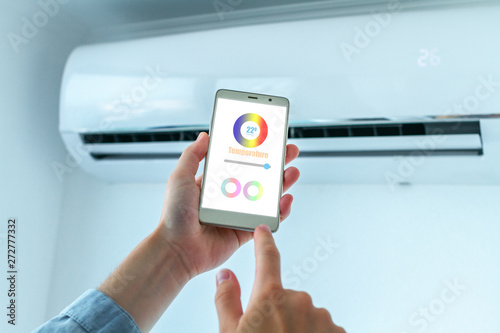 Fotografía  Mobile application on smartphone for adjusting the temperature on the air conditioner