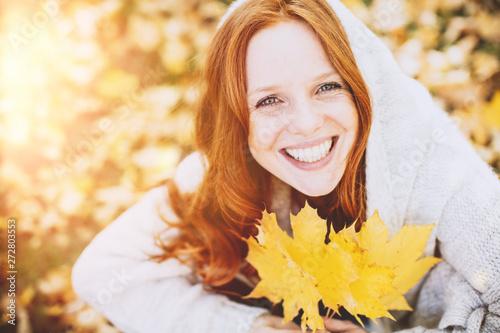 Valokuva  Portrait Gesicht einer rothaarigen Frau in Herbstlandschaft mit blauen Augen