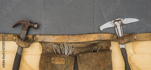Leinwand Poster Dachdecker alte Gürteltasche mit authentischem Werkzeug Einschlaghaken und Nägel