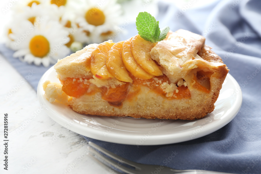 Photo  Plate with piece of tasty peach pie on table