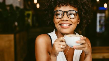 Žena u kafiću na kavi