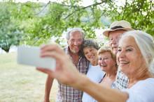 Senior Frau Mit Smartphone Macht Ein Selfie