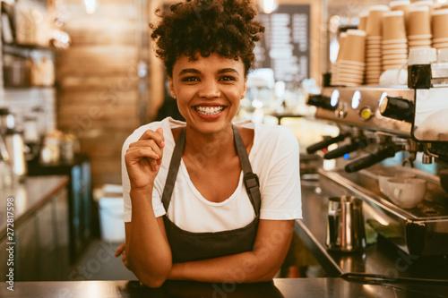 Photo Female barista behind counter