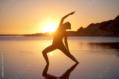 Fotografia  Yoga pose sunrise