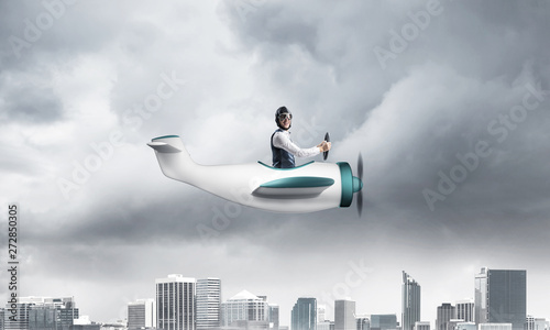 Photo Businessman in aviator hat driving paper plane