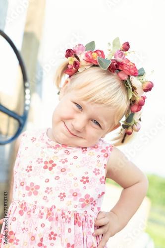 Süßes kesses Mädchen auf Spielplatz