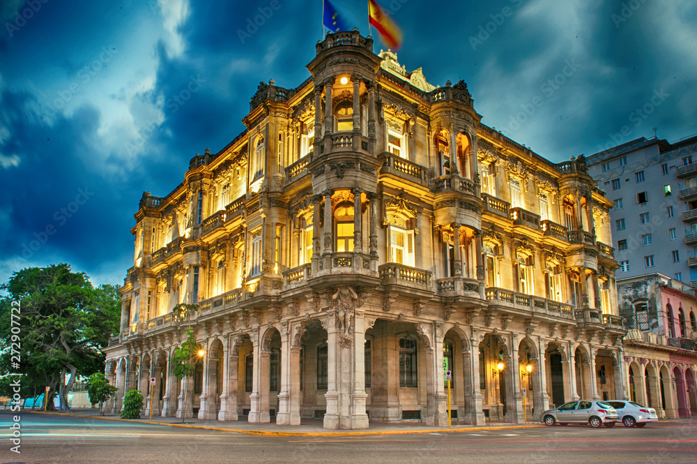 Fototapety, obrazy:  view of the spanish embassy in havana, cuba at dusk