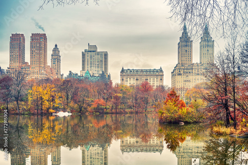 Photo The lake in Central park, New York City at autumn day, USA