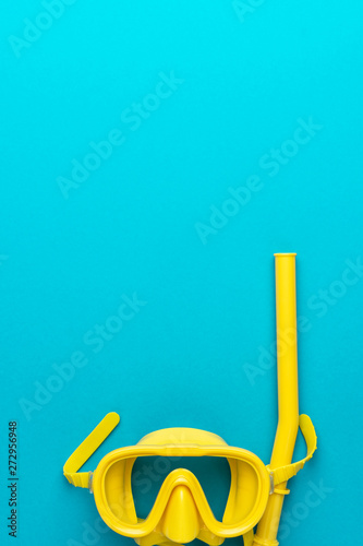 Stampa su Tela flat lay shot of yellow diving mask with snorkel over turquoise blue background