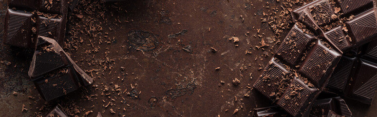 Panoramska snimka pločice tamne čokolade s čipsom na metalnoj podlozi