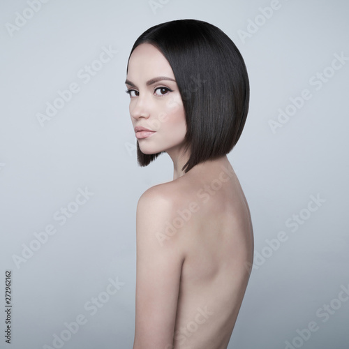 Foto Fashion beautiful brunette with short haircut.  studio portrait