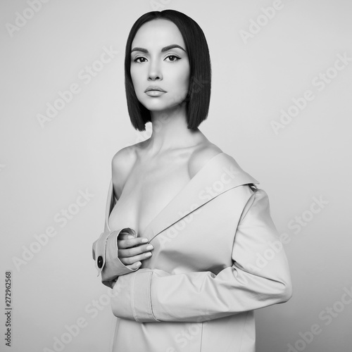 Foto auf Leinwand womenART Beautiful sexy woman in white autumn coat. Fashion art portrait.