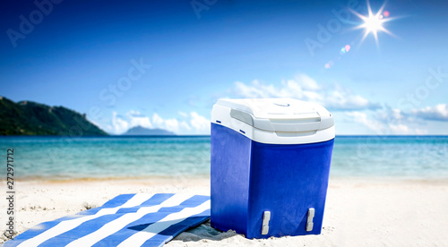 Poster Ecole de Danse Summer background of beach with umbrella and ocean landscape. Sunny day and blue sky.
