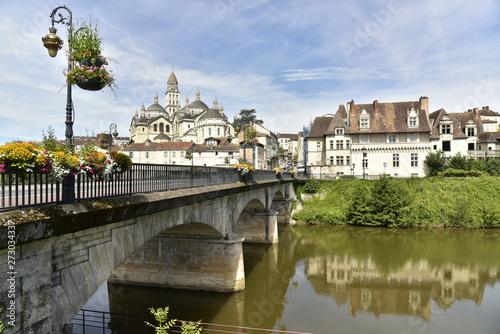 Papel de parede  Le Pont des Barris et l'imposante cathédrale St-Front au centre historique de Pé