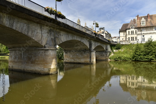 Tela  Les piles du pont des Barris traversant l'Isle devant le centre historique de Pé