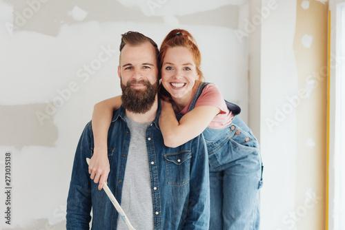 Photo  glückiches paar umarmt sich während der renovierung auf der baustelle
