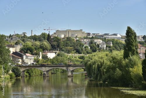 Fotografia  L'Isle et le pont de Barris dans la vallée verdoyante urbanisée à Périgueux en D