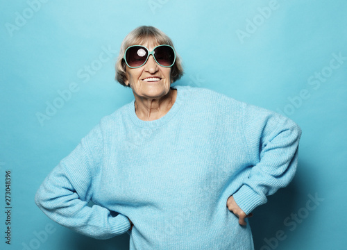 Fotografia  lifestyle and people concept - portrait of a content senior lady wearing blue sw