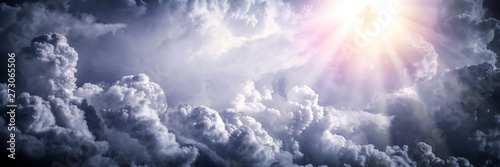 Fotografia Jesus Christ In The Clouds With Brilliant Light - Ascension / End Of Time Concep
