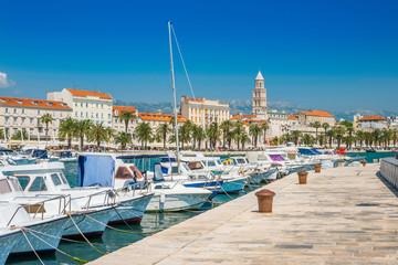 Čamci i jahte u marini Split, Hrvatska, najveći grad regije Dalmacije i popularno turističko odredište, prekrasan morski krajolik