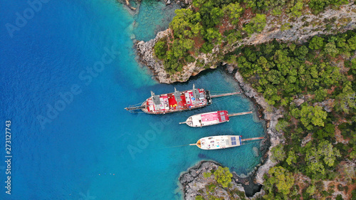 Photo Touristic boats in the sea, top view