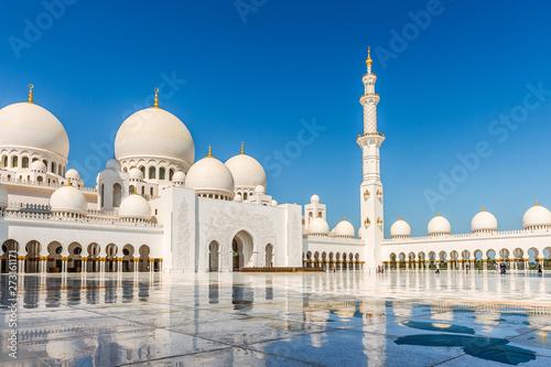 In de dag Abu Dhabi View of the inner courtyard of Sheikh Zayed Grand Mosque.Abu Dhabi.UAE